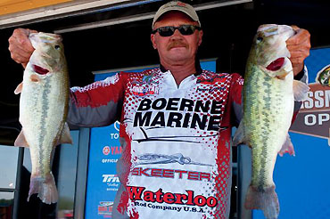 Johnson grabs early lead at Red River Open