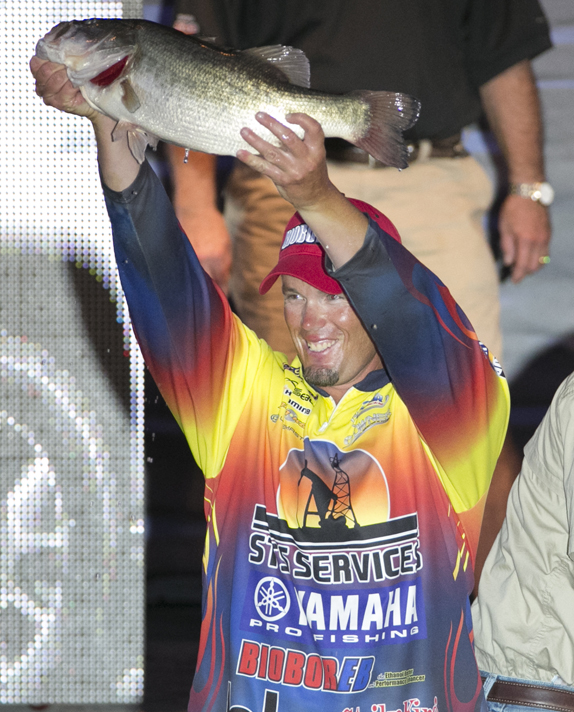 Combs Catches 23 More, Lead Swells To 7 1/2