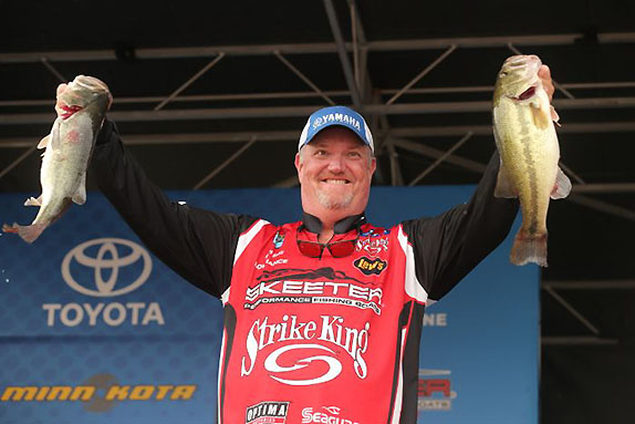 Davis Moves To Top With 19-04 Stringer