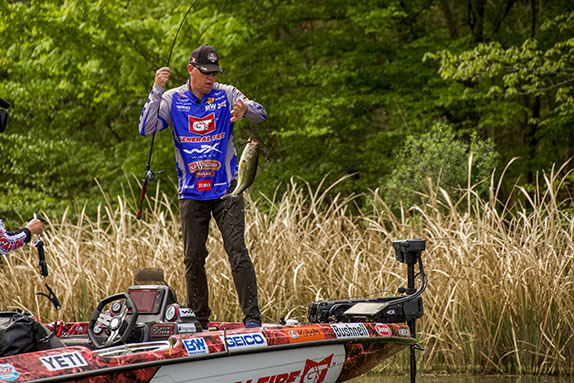 Bed-Fishing Guru Jones Runs Away In Finals