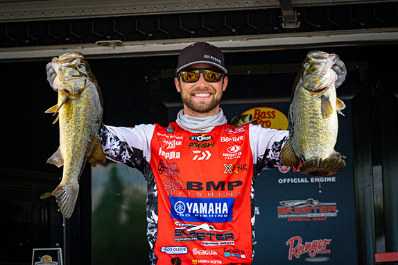 Palaniuk catches 22 for day-2 lead at James River